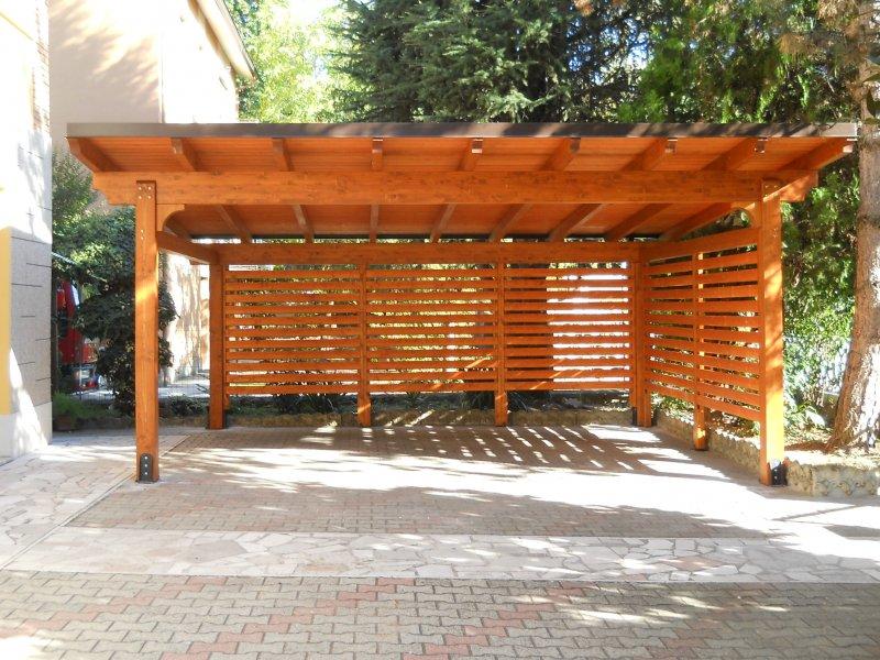 Carport in legno con pannelli frangivista a lavoro completato