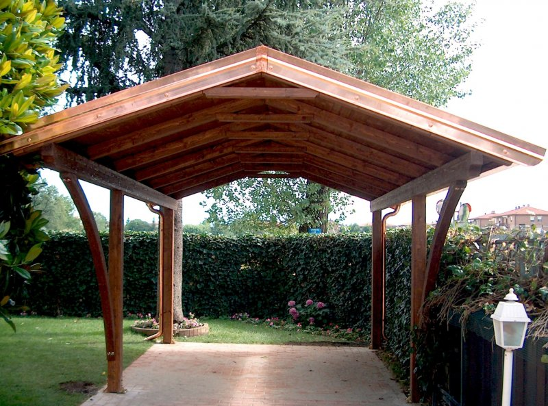 Carport in legno a due falde con archi