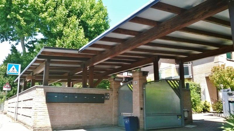 Carport in legno condominiale con teli in PVC