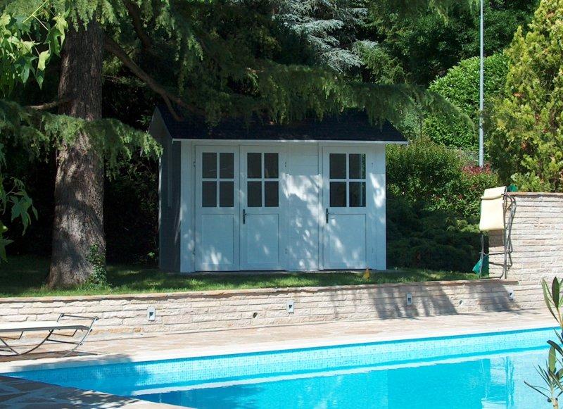 Casetta in legno bianca ad uso spogliatoio piscina