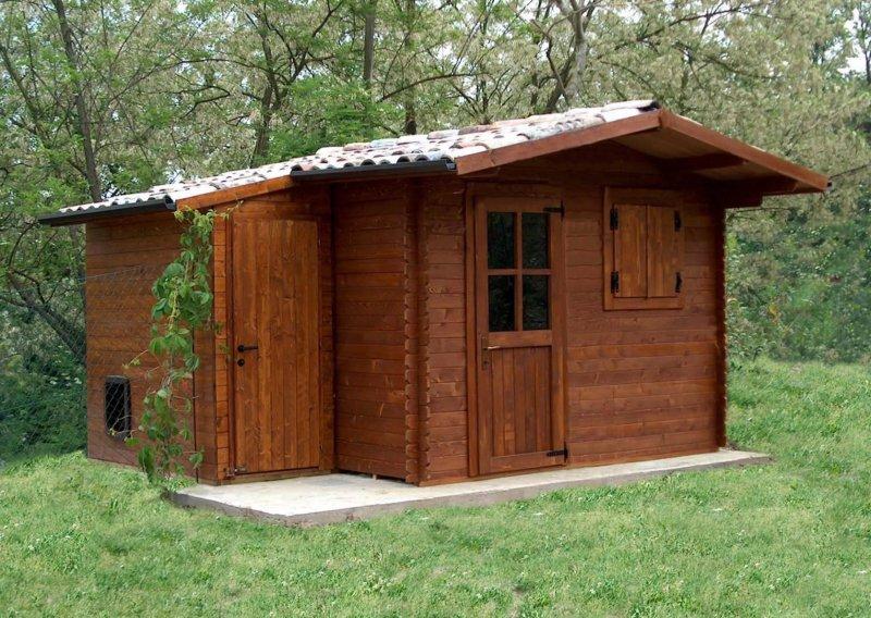 Casetta in legno con cuccia per cani annessa
