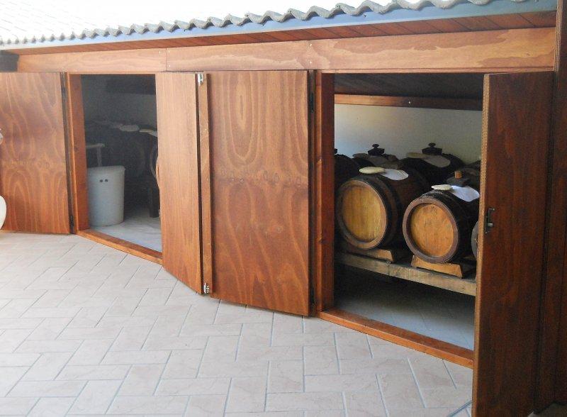 Mobiletto per esterni in legno ad uso acetaia