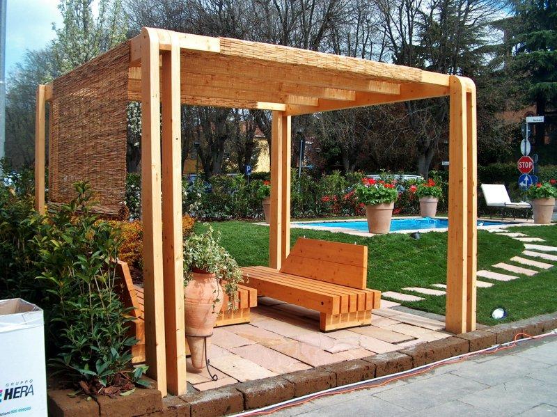 Pergolato in legno con copertura ombreggiante