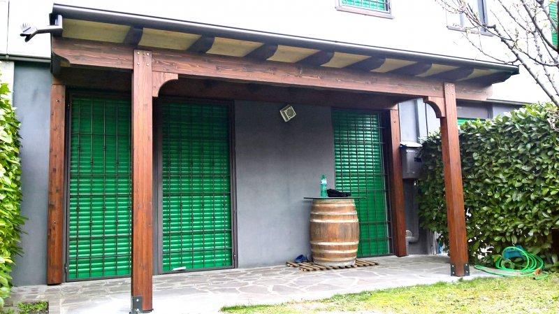 tettoia con colorazione spezzata tra struttura e copertura
