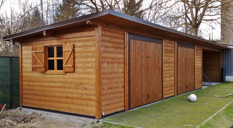 Ricovero attrezzi in legno con POrtoni basculanti e tettoia laterale