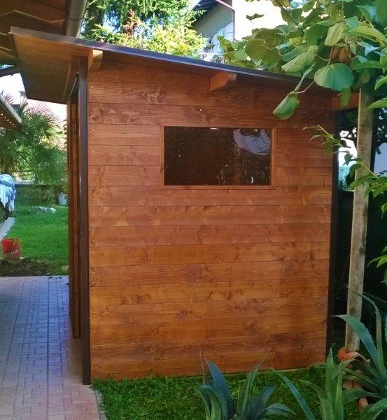 Ricovero attrezzi in legno su misura con porta scorrevole