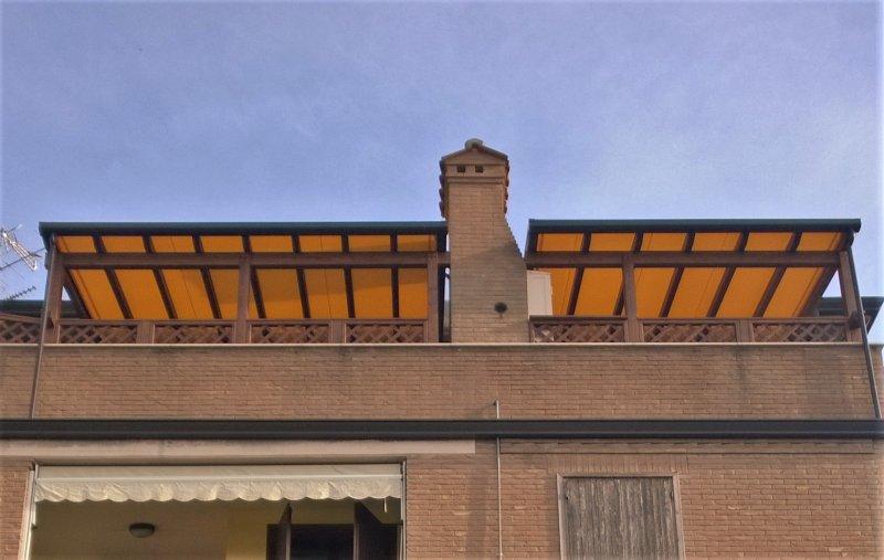 Struttura con tende scorrevoli gemelle su terrazzo