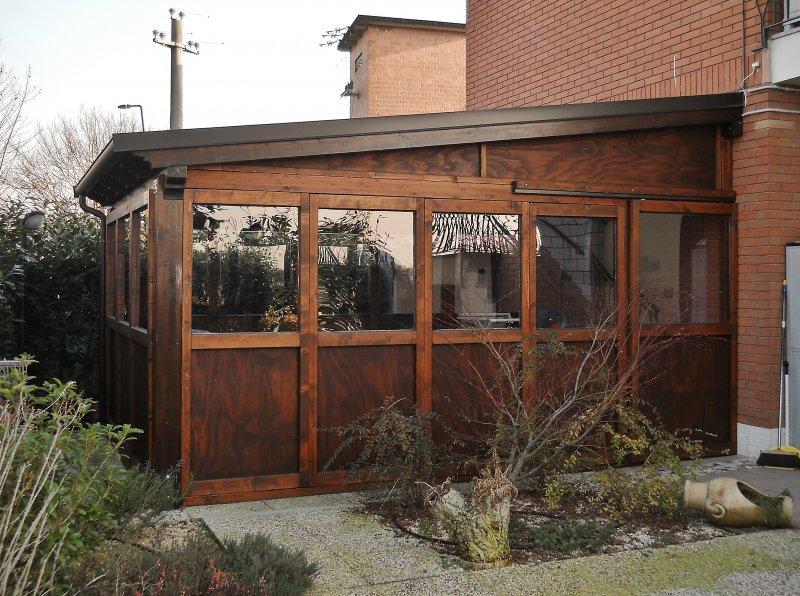 Tettoia in legno con chiusure smontabili per uso veranda